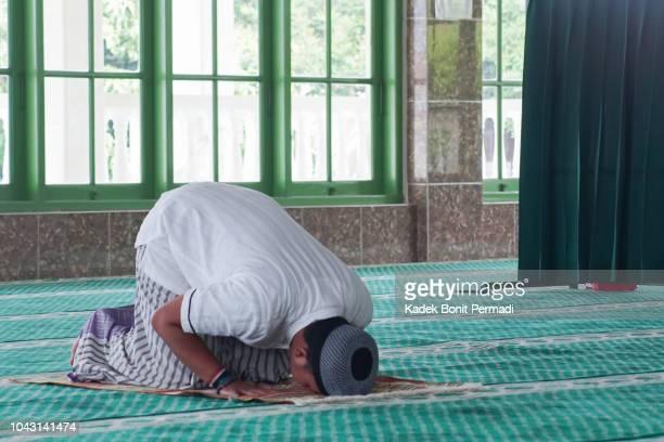 südost-asien muslimischen mann tun gebet - moschee stock-fotos und bilder