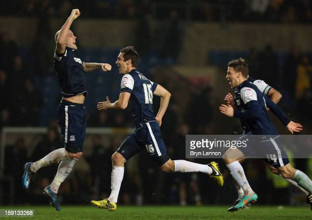 Southend United celebrate winning the Johnstone's Paint Trophy Southern Section Semi Final between Oxford United and Southend United at the Kassam...