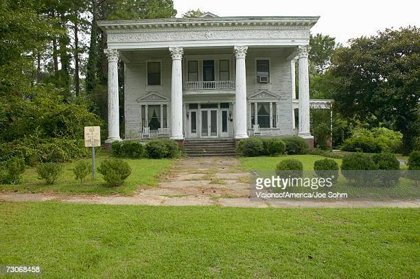 southern houses in disrepair along highway 22 in central georgia - antebellum stock photos and pictures