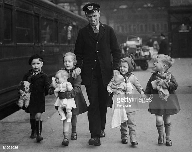 A Southern Railway porter with a group of evacuee children about to leave London circa 1940