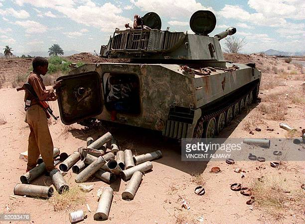 A southern Yemeni soldier removes mortar shells from a tank 17 May 1994 in the outskirts of the AlAnad air base Northern troops turned up the heat on...