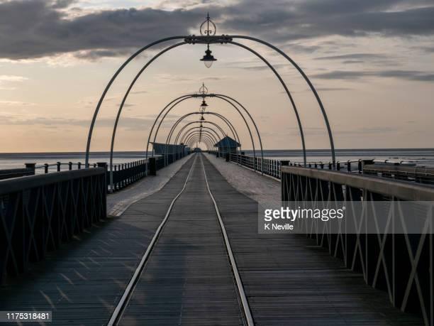 サウスポート桟橋、その真ん中に沿って走るトラムトラックと英国で最も古い鉄の桟橋 - イングランド サウスポート ストックフォトと画像
