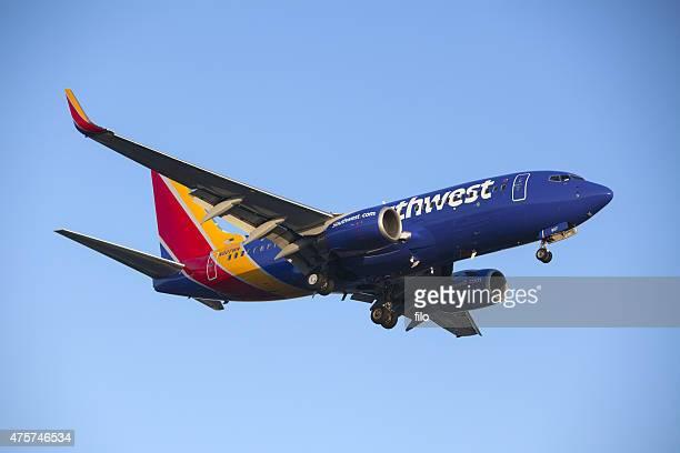southwest airlines 737 commercial jet airplane - südwesten stock-fotos und bilder
