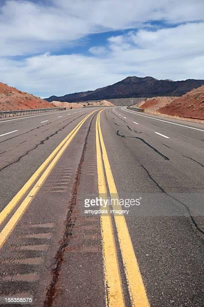 南西部の国の道路の風景 - 待避所標識 ストックフォトと画像