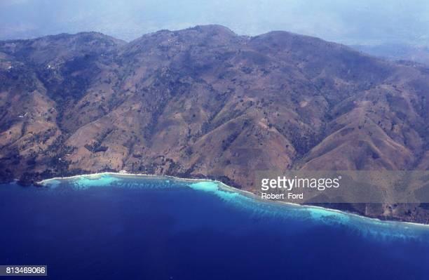 península suroeste y la zona costera de haití entre mirogoane y jeremie con costas rocosas y arrecifes de coral como se ve en la vista aérea de gran altitud - paisajes de haiti fotografías e imágenes de stock