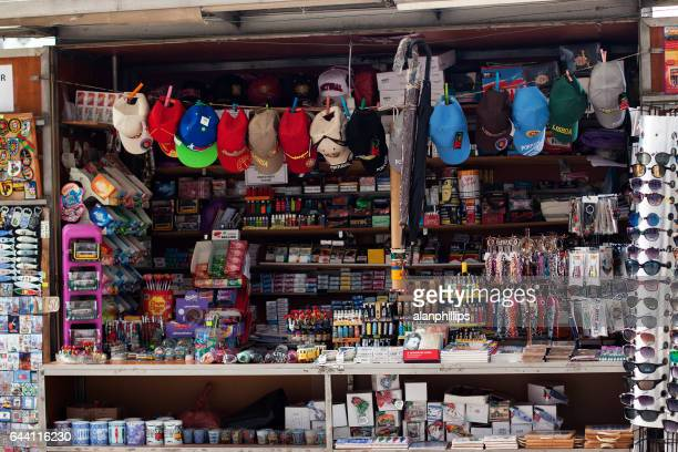 リスボン, ポルトガルのお土産やタバコのキオスク - フォゲイラ広場 ストックフォトと画像