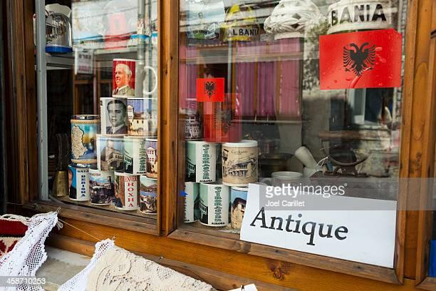negozio di souvenir in albania finestra - bandiera albanese foto e immagini stock