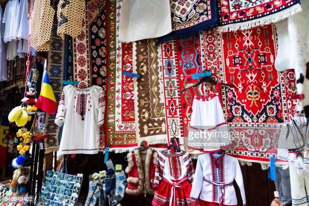 barraca de souvenir na bicaz gorge, transilvânia, romênia - romênia - fotografias e filmes do acervo