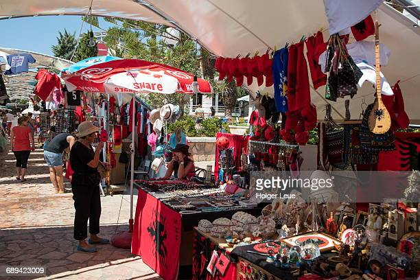souvenir stands with albanian national flags - bandiera albanese foto e immagini stock