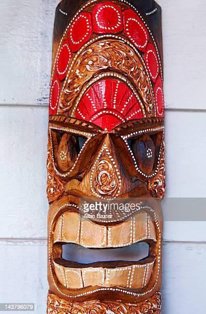 souvenir tiki mask - pazifikinseln stock-fotos und bilder