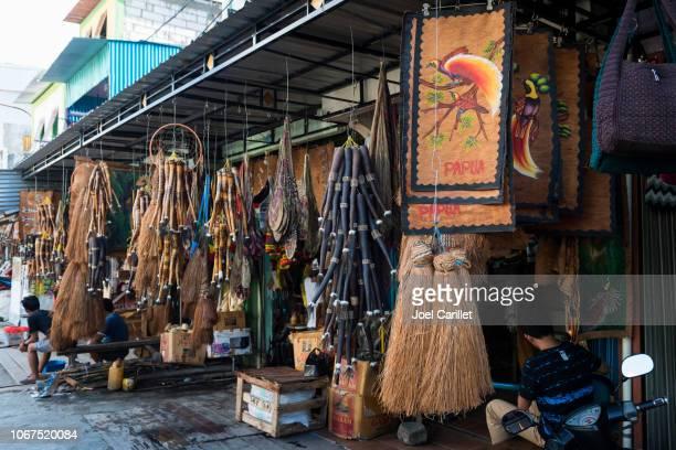 souvenirs at hamadi market in jayapura, papua, indonesia - astuccio penico foto e immagini stock