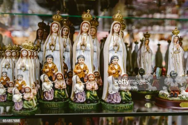 souvenirs de notre dame de fatima, fatima, portugal - fatima portugal photos et images de collection