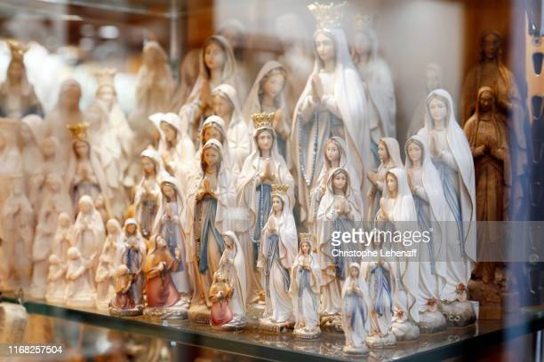 souvenirs representing the virgin sold in shops in lourdes (france) - オートピレネー ストックフォトと画像