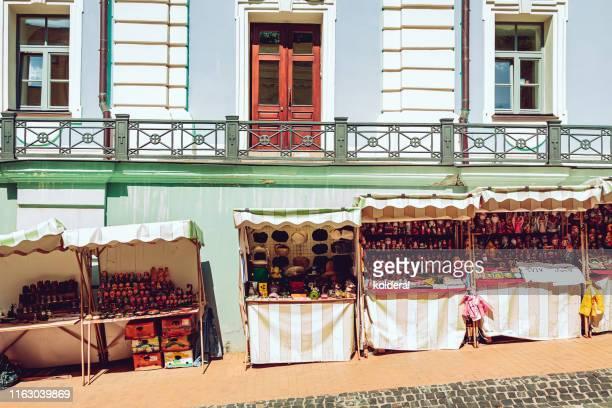 souvenirs vendors on andriyivskyy descent street in kiev - kiew stock-fotos und bilder