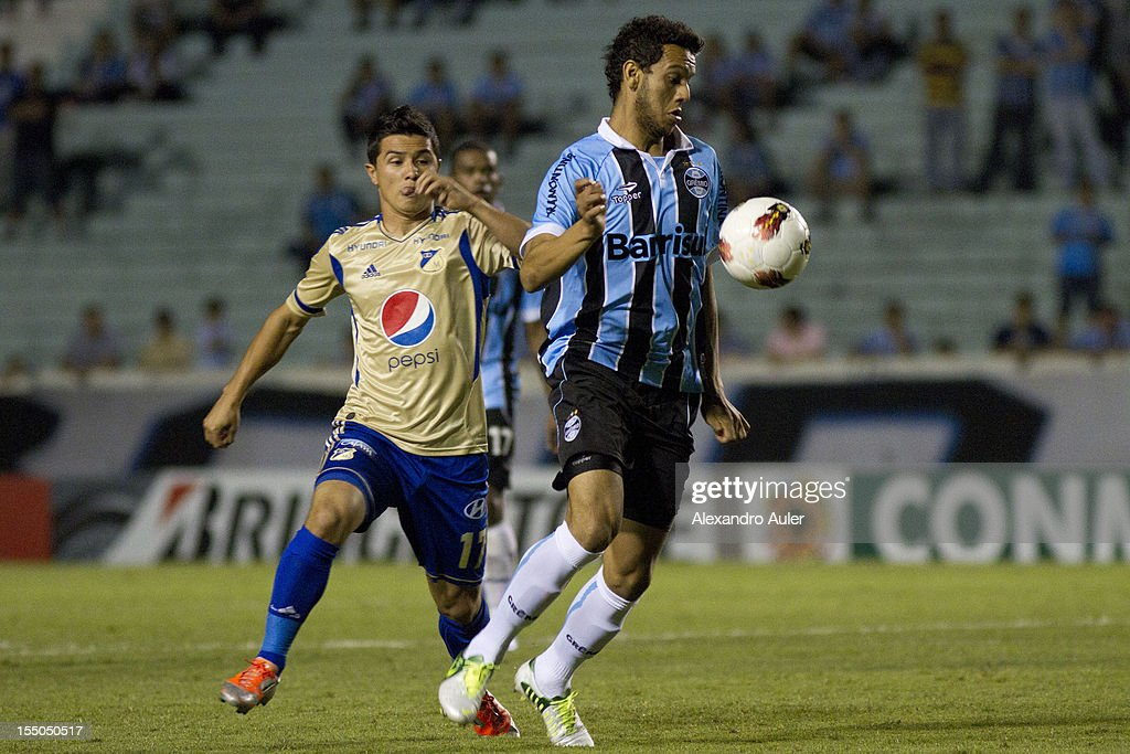 Souza of Grêmio fights for the ball with Vasquez of Millonarios during the match between Grêmio (Brazil) and Millonarios (Colombia) as part of the eighth stage of Copa Sudamericana 2012 at Olímpico stadium on October 30, 2012 in Porto Alegre, Brazil.