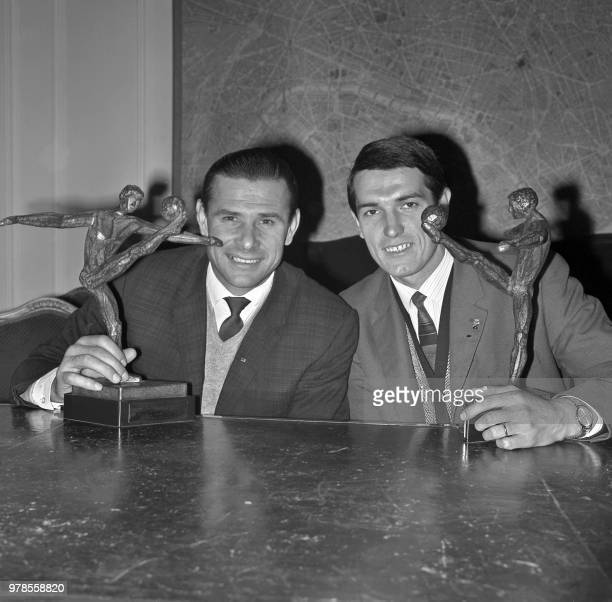 Soviet goalkeeper Lev Yashin from Dynamo Moscow and his compatriot midfielder Valery Ivanovich Voronin from FC Torpedo Moscow display on October 23,...