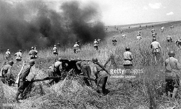 Soviet infantrymen mounting an attack against the German Army Some of them are using 45mm guns an important weapon of infantry support but useless...