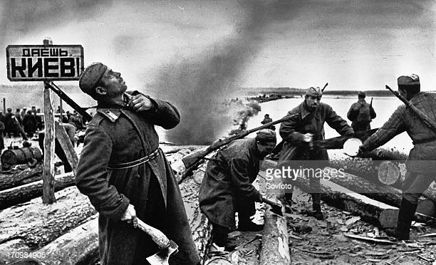 Soviet sappers set up a crossing of the dnieper river in 1943 on the approach to kiev
