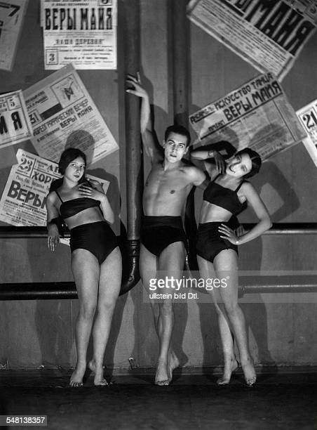 Soviet Union Ballet dancers posing in front of posters 1930 Photographer James E Abbe Published by 'Die Dame' 18/1930 Vintage property of ullstein...