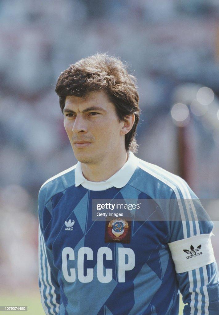 El hilo de los popuheads futboleros - Página 3 Soviet-union-captain-and-goalkeeper-rinat-dasaev-pictured-before-the-picture-id1079374480