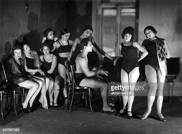 Soviet Union Dancing schools in Russia Students of a ballett school gather at a grand piano 1928 Vintage property of ullstein bild