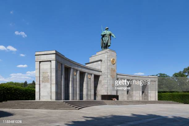 soviet war memorial tiergarten in berlin - war memorial stock pictures, royalty-free photos & images