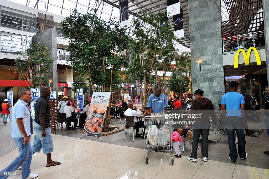 Soweto residents  shop at Maponya Mall i : News Photo