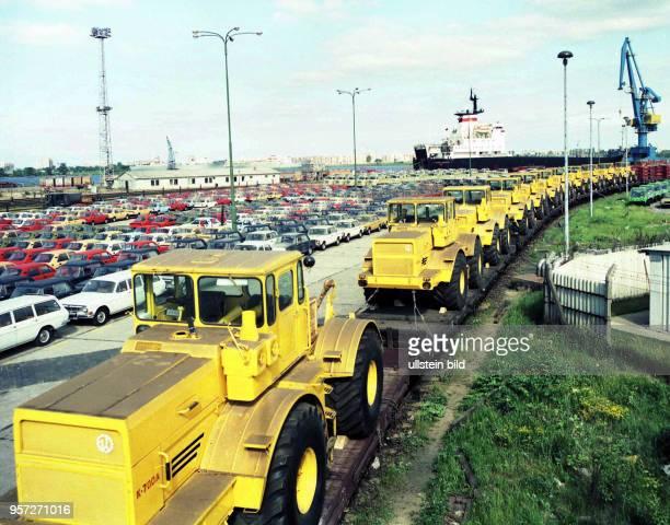 Sowjetische Traktoren vom Typ K 700 A sowie PKW der Typen Lada und Wolga für die DDR treffen seit über drei Jahren regelmäßig auf dem Seeweg im...