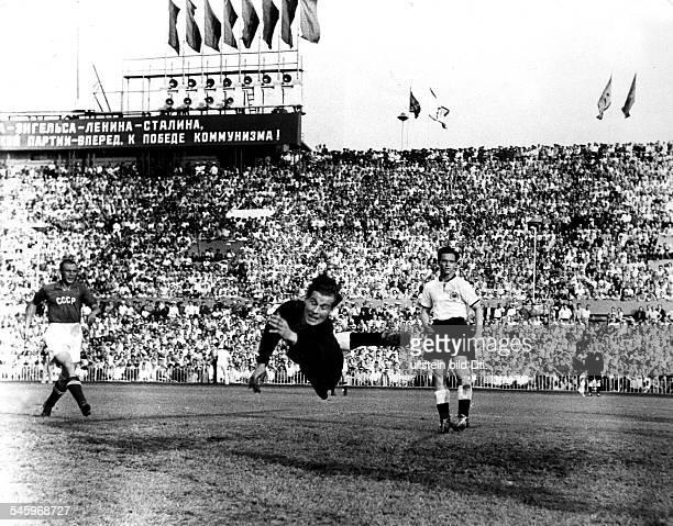 Sowjetunion BR Deutschland 32 vor80000 Zuschauern im DynamoStadion inMoskau Torwart Fritz Herkenrath lenkt einen Torschuß von Parschin zur Ecke...