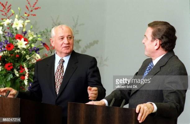 Politiker Russland Staatspräsident der UdSSR von 1990 Pressekonferenz mit Bundeskanzler Gerhard Schröder im Rahmen der Feierlichkeiten zum 10...