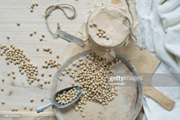 soy beans on wooden background - prato de soja - fotografias e filmes do acervo