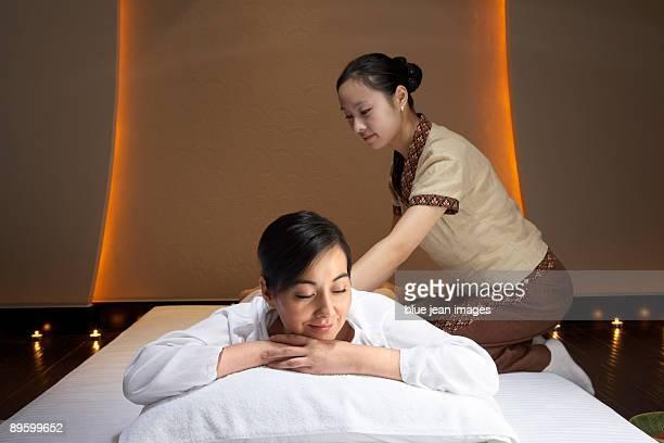 spa attendant massaging woman - acostado boca abajo fotografías e imágenes de stock