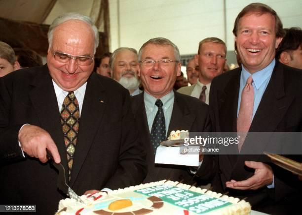 Spaß beim Anschneiden einer Torte haben Bundeskanzler Helmut Kohl , der Ministerpräsident von Mecklenburg-Vorpommern, Berndt Seite und...