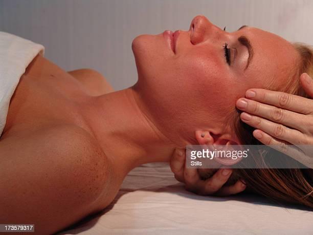 spa massaggio del viso - massaggio sensuale foto e immagini stock