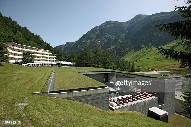 Spa und swimmingpool in den Schweizer Bergen im Sommer