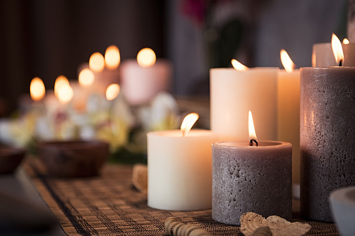 Spa setting with aromatic candles 994807816