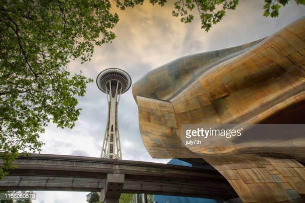 シアトルのスペースニードルとポップカルチャー博物館 - エクスペリエンスミュージックプロジェクト ストックフォトと画像