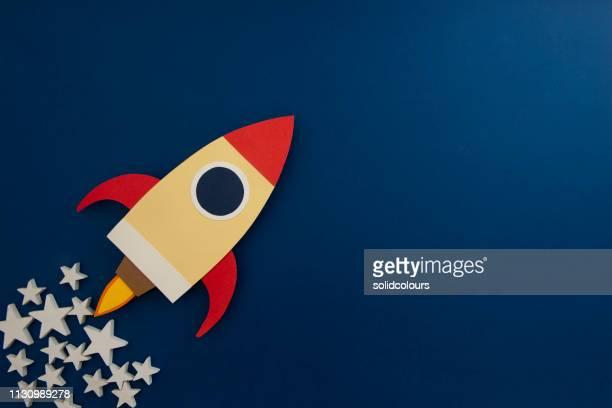 space rocket startet - stapellauf stock-fotos und bilder