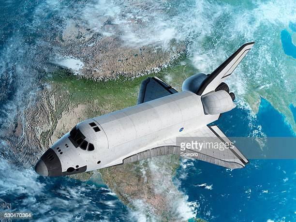 space shuttle above earth, illustration - transbordador espacial fotografías e imágenes de stock