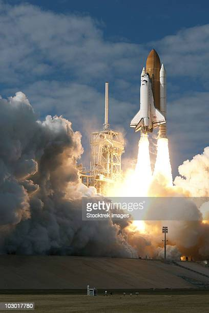 space shuttle atlantis lifts off from its launch pad at kennedy space center, florida. - transbordador espacial fotografías e imágenes de stock