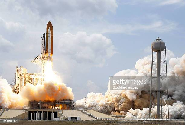 space shuttle atlantis lifts off from its launch pad. - transbordador espacial fotografías e imágenes de stock