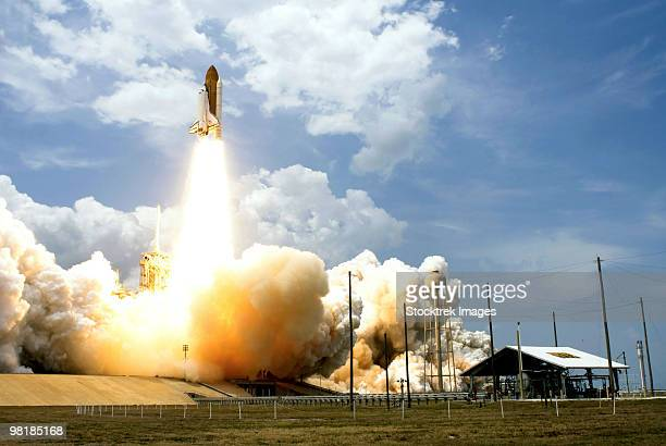space shuttle atlantis lifts off from its launch pad. - 宇宙基地 ストックフォトと画像