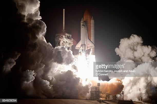 space shuttle discovery lifting off - nasa kennedy space centre stock pictures, royalty-free photos & images