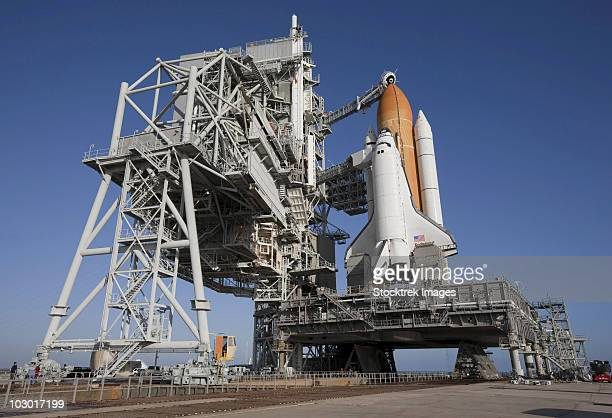 space shuttle endeavour atop a mobile launcher platform at kennedy space center. - transbordador espacial fotografías e imágenes de stock