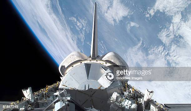 space shuttle endeavour backdropped by earth's horizon. - 国際宇宙ステーション ストックフォトと画像