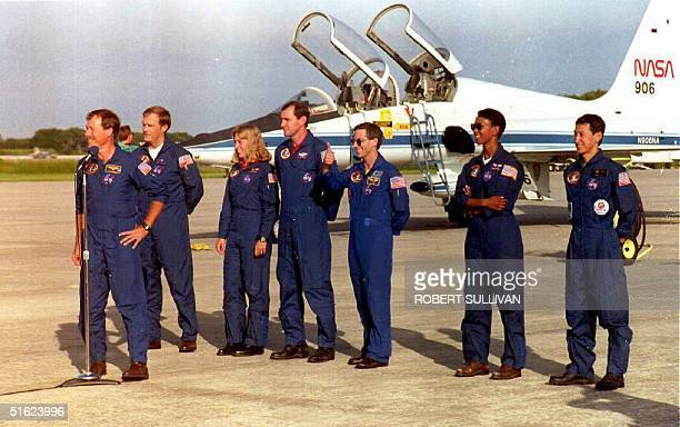 Space Shuttle Endeavour Commander Robert Gibson makes a brief statement 09 September 1992 after arriving with his fellow crew members in Kennedy...