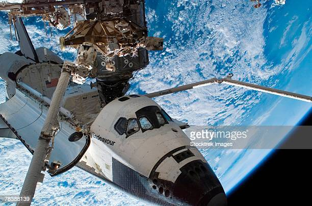space shuttle endeavour docked to the international space station. - transbordador espacial fotografías e imágenes de stock