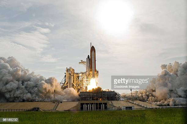 space shuttle endeavour lifts off from kennedy space center. - transbordador espacial fotografías e imágenes de stock