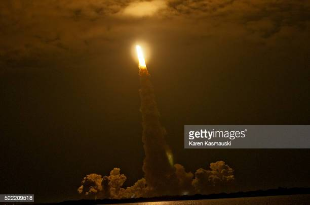 space shuttle night launch - cape canaveral stock pictures, royalty-free photos & images