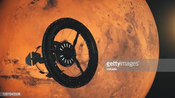 ruimtestation dat mars in een baan om de aarde draait - orbiting stockfoto's en -beelden